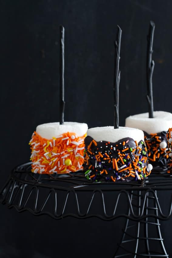 Halloween Marshmallow Pops are so easy to make. And simple to eat!