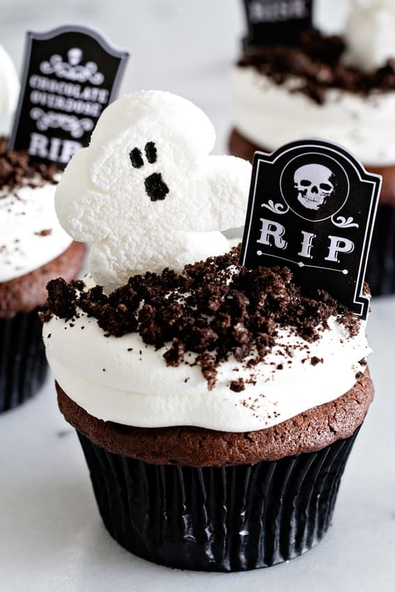 Dirt Pudding Cupcakes are full of ooey-gooey chocolate goodness. Totally fun to eat.