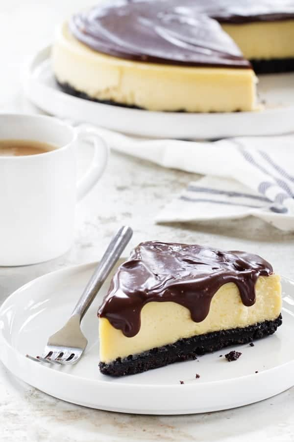 Baileys Irish Cream Cheesecake has a gorgeous chocolate cookie crust. A perfect combination with the Baileys Irish Cream.